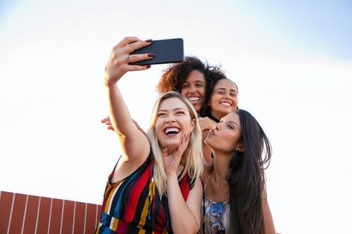 ženy smích fotka