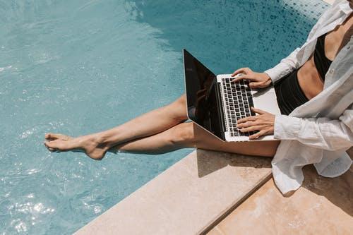 bazén žena notebook